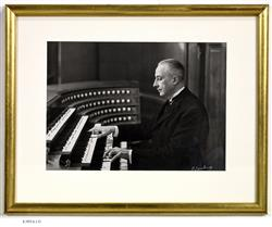 Portrait de Marcel Dupré (1886-1971) jouant de l'orgue   Lacheroy, H.